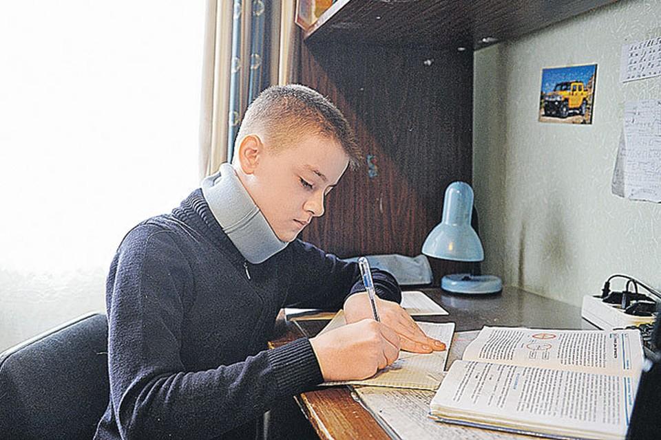 Денис Томасов теперь может делать уроки лишь с бандажом на шее.