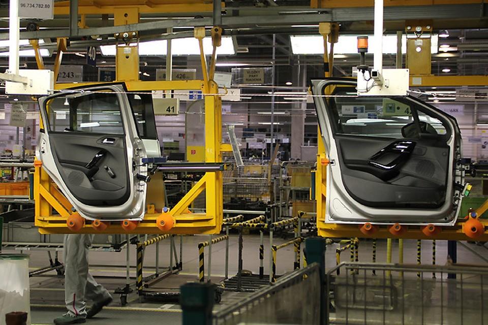 Сборка новых машин приостанавливается, чтобы не забивать склады готовой продукции.