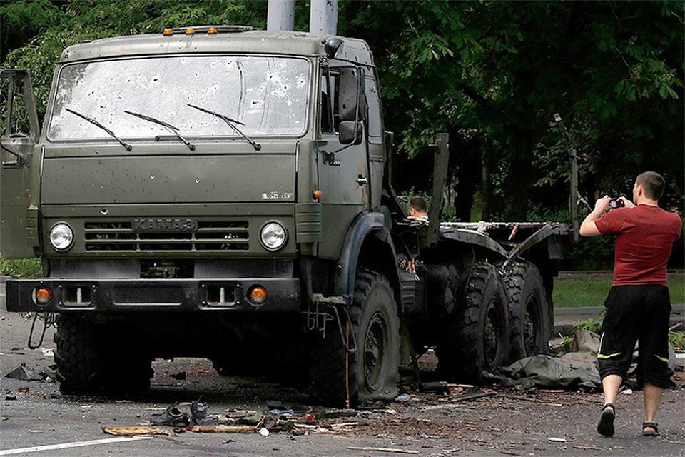 Один из Камазов, на которых передвигались бойцы ДНР, застыл после расстрела силами Украинской армии