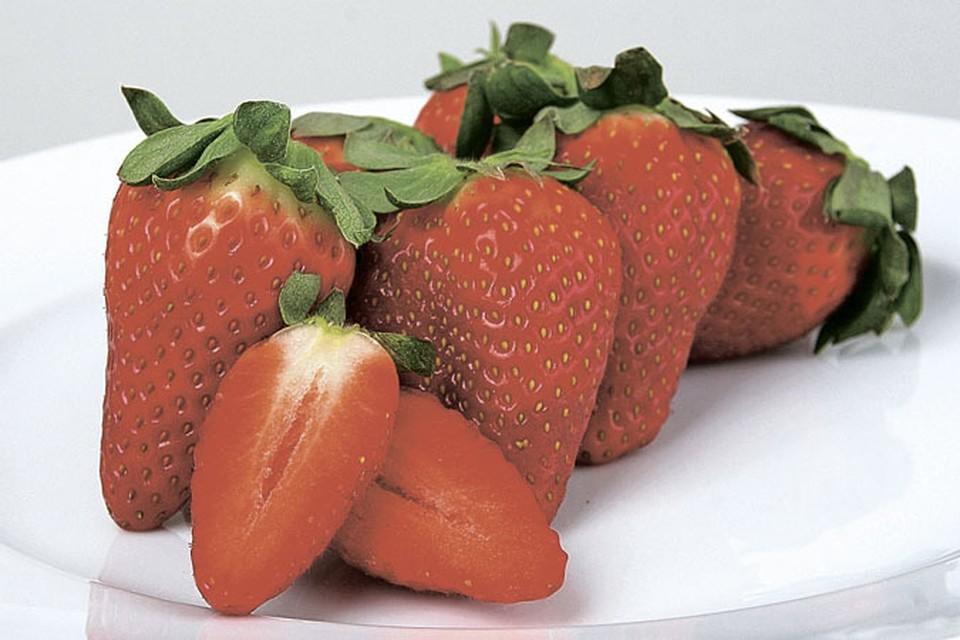 Кроме огромной пользы - клубника еще и необычайно вкусная ягода.