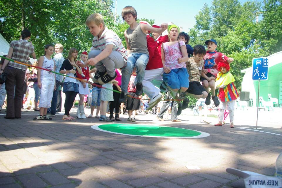 Самый лучший лагерь — где дети просто прыгают на скакалочке, ставят спектакли и поют у костра.