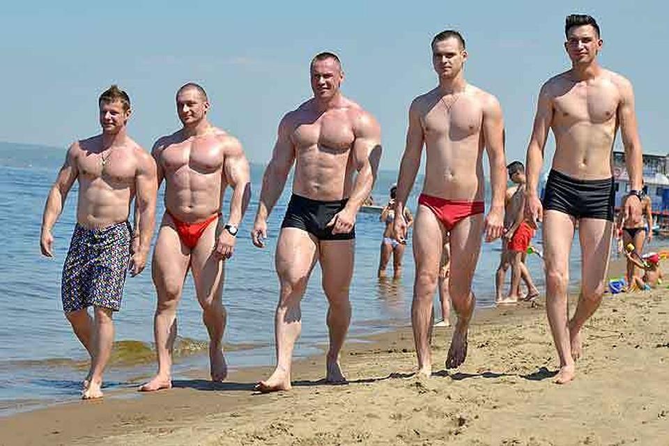 Женщина в плавках на пляже фото 356-847
