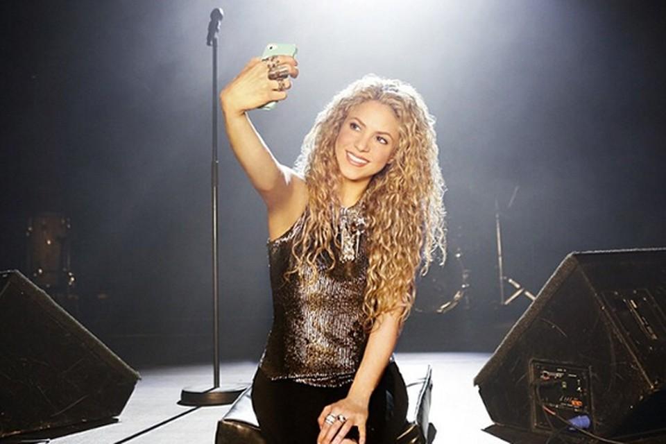 Шакира и на сцене не забывает про подписчиков.