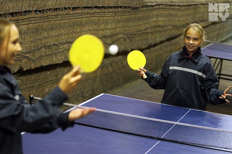 Дети играют в теннис в подземном комплексе спелеолечебницы.