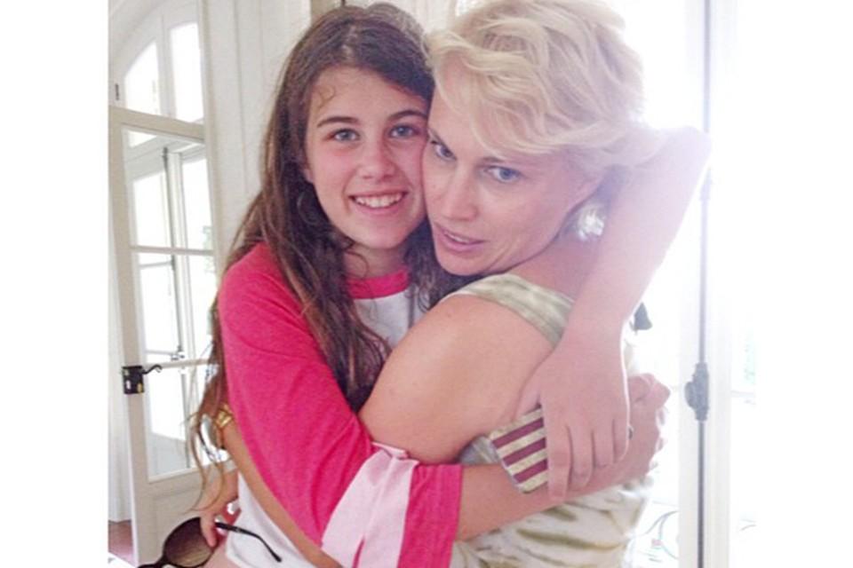 Экс-супруга Романа Абрамовича Ирина с 13-летней дочерью Ариной в их доме в Сан-Тропе. Фото: Instagram.