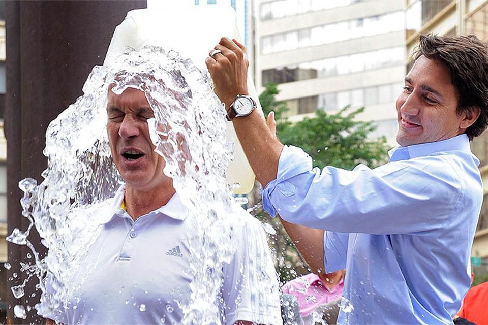 Ice Bucket Challenge продолжает шествие по планете. Утешает лишь то, что многие не просто обливаются водой, но и не забывают о смысле акции - благотворительных взносах.