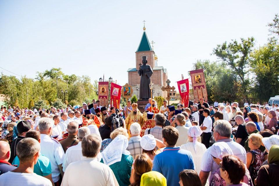 В Пролетарске открыли памятник священнику Илие Попову