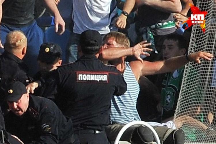 Футбольные фанаты, чтобы не быть голословными, выложили в Интернет видео избиения томского инвалида во время матча «Сибирь» - «Томь».