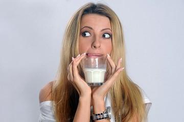 Экспертиза молока: Росконтроль нашел в напитке микробы и растительный жир