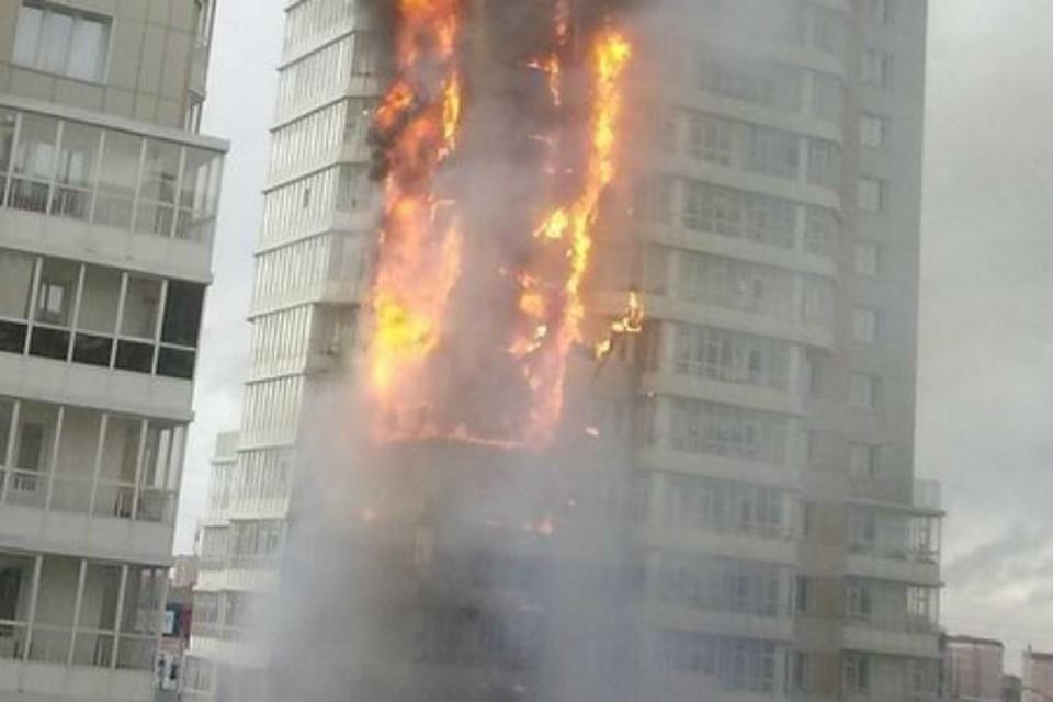 Многоэтажка вся объята пламенем фото: ЧП Красноярск