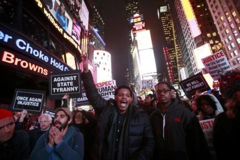 Возмущенные американцы вышли на улицы, требуя наказать полицейского-убийцу