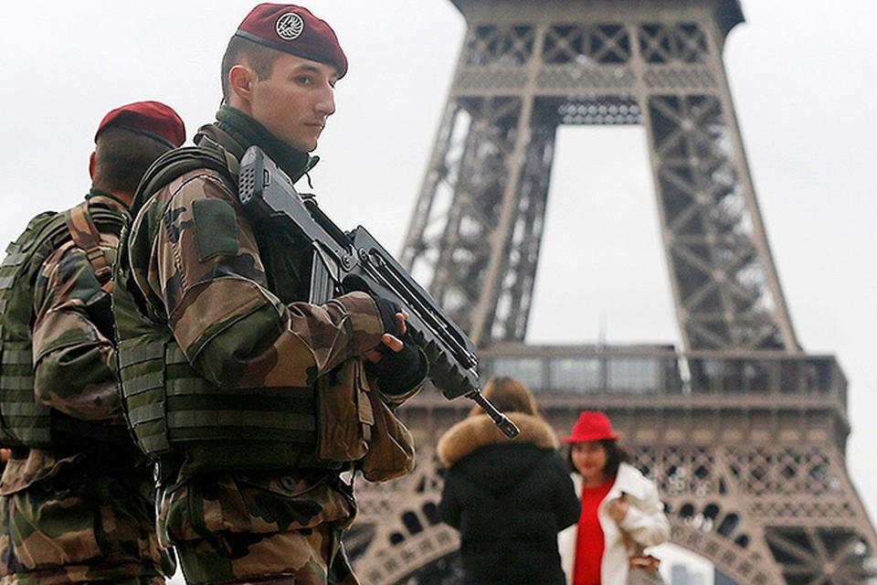 Французские военные охраняют порядок в центре города возле Эйфелевой башни.