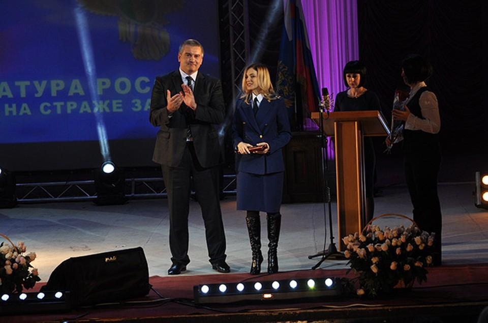 Сергей Аксенов подарил часы главному прокурору Крыма Наталье Поклонской