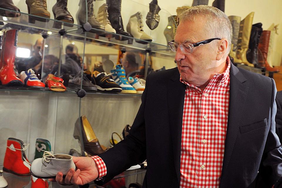 Мне уже скоро 70 лет, а на обувной фабрике впервые, - расхаживал промозглым утром по цехам столичной фабрики «Парижская коммуна» Владимир Жириновский