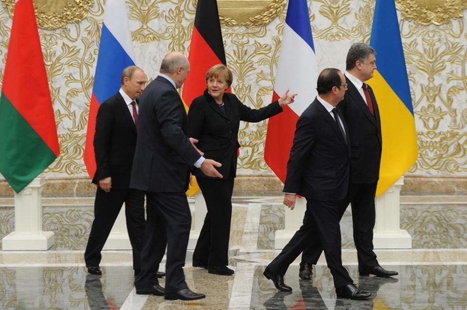 Лукашенко провожает гостей на второе заседание нормандской четвёрки.