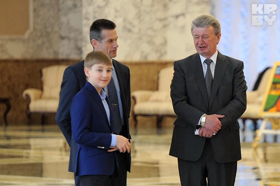 Александр Лукашенко провожал высоких гостей в компании младшего сына Николая