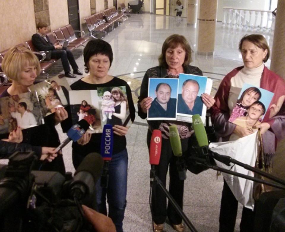 """Родственники погибших от рук банды в суд над ОПГ приходили с фотографиями своих близких. Фото: Алексей ЕСИКОВ (""""ИА """"Живая Кубань"""")"""