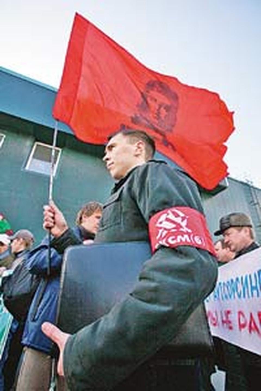 Социалисты из Ярославля приехали поддержать стачку на «Хейнекен» и привезли с собой революционное знамя.