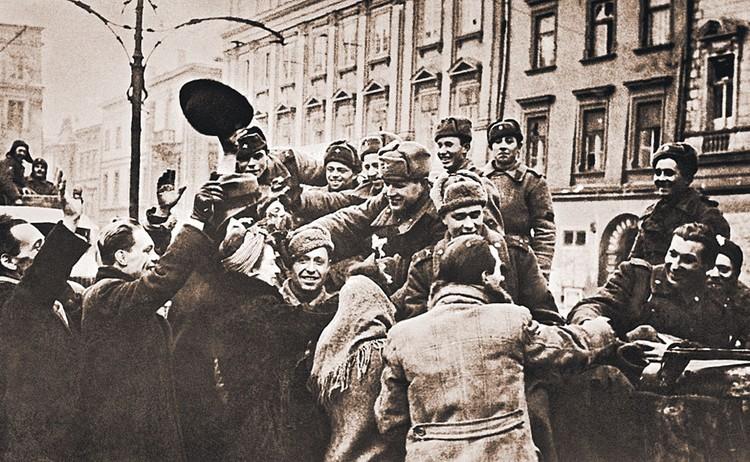 Жители польского города Кракова приветствуют советских воинов-освободителей. 19 января 1945 г.