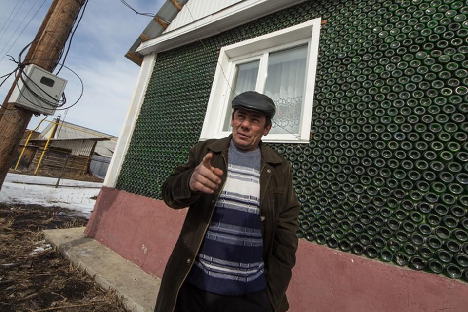 Южноуралец возвел особняк из бутылок от шампанского