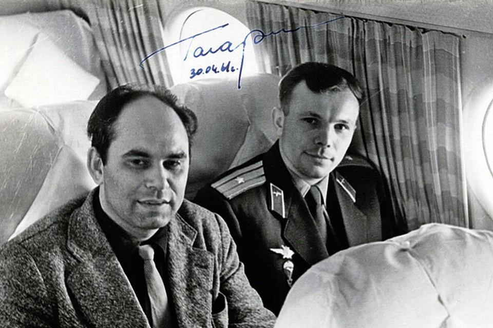 Василий Песков - фото на память с первым космонавтом Земли в салоне Ил-18 номер 75717.