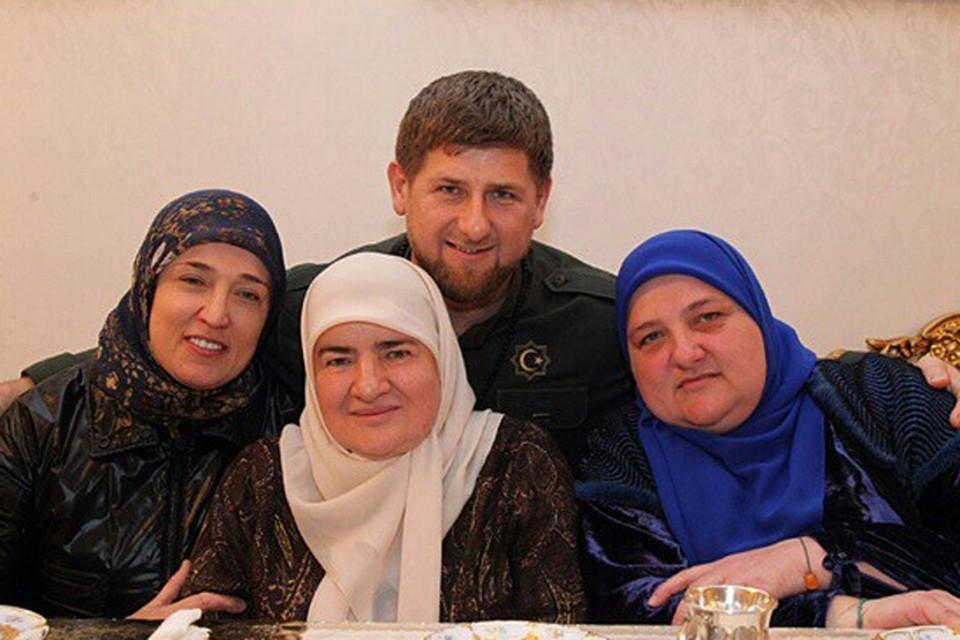 Рамзан Кадыров с мамой Аймани и старшими сестрами Зарган и Зулай. Фото: instagram.com/kadyrov_95