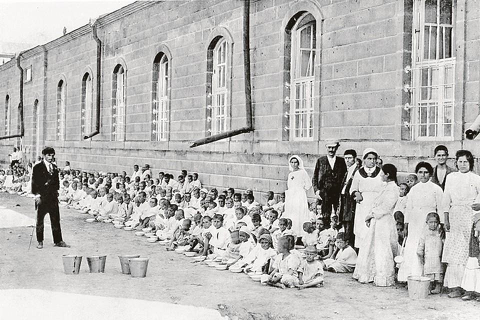 Исторический кадр: армянские беженцы на улице города Малатья под присмотром солдат ожидают депортации. Но ее не случится - почти все эти люди будут убиты.