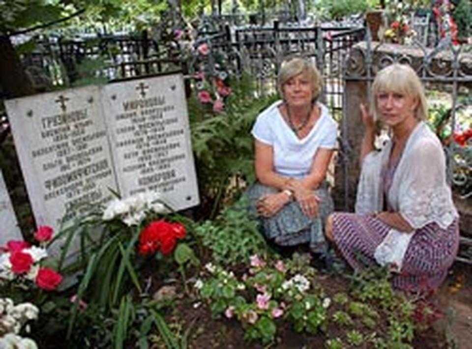 Хелен и Кейт но могиле предков на Ваганьковском.