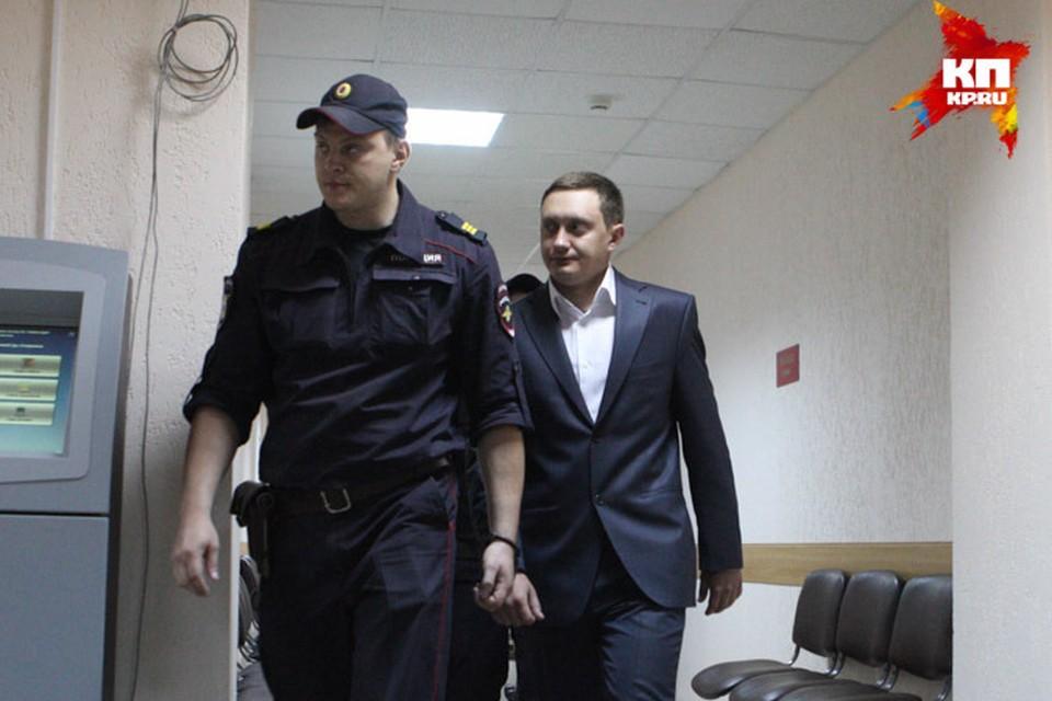 Максим Тимашов (справа) под конвоем входит в зал суда.