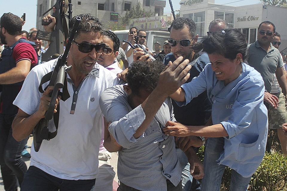 Тунис. Полицейские в срочном порядке эвакуируют мужчину, подозреваемого в помощи террористам, атаковавшим отель.