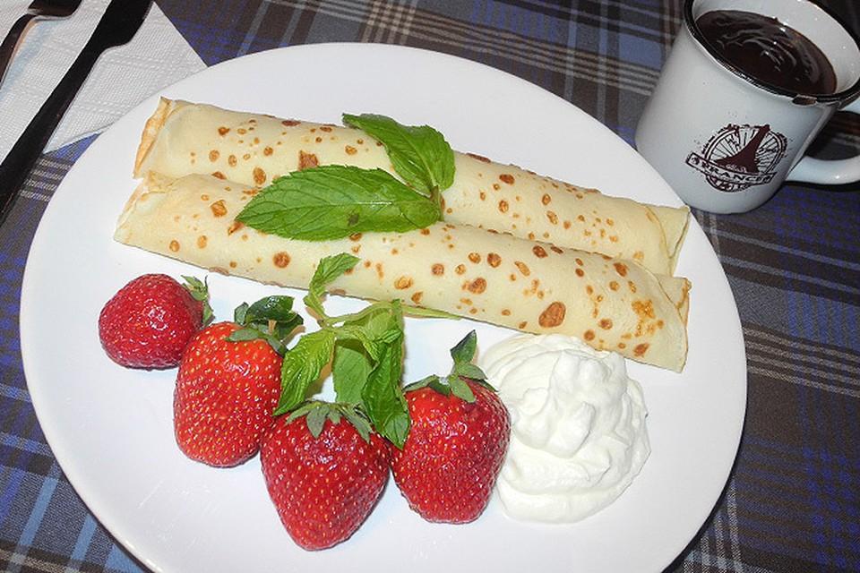 Блинчики со взбитыми сливками, свежими ягодами и мятой, «тот самый», фирменный горячий шоколад...