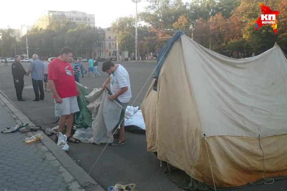 Палаточный городок у здания правительства.