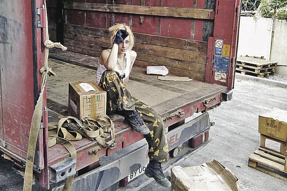 Наташа сменила роскошные платья из своей прежней, тусовочной жизни, на берцы и камуфляж, в которых она развозит продукты по Донецкой и Луганской области.
