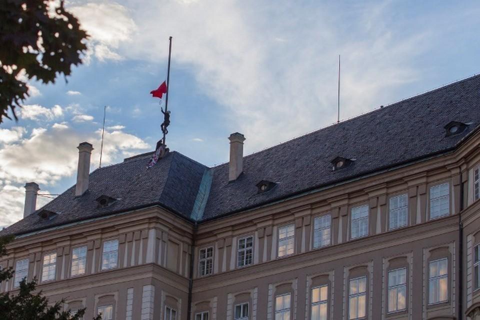 Над Пражским градом подняли красные трусы. Фото: сайт Ztohoven