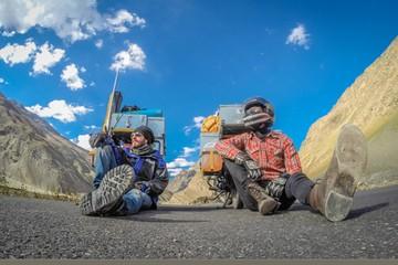 Россиянин н и белорус колесят по дорогам Непала, изобретают алко-йогу, снимают кино