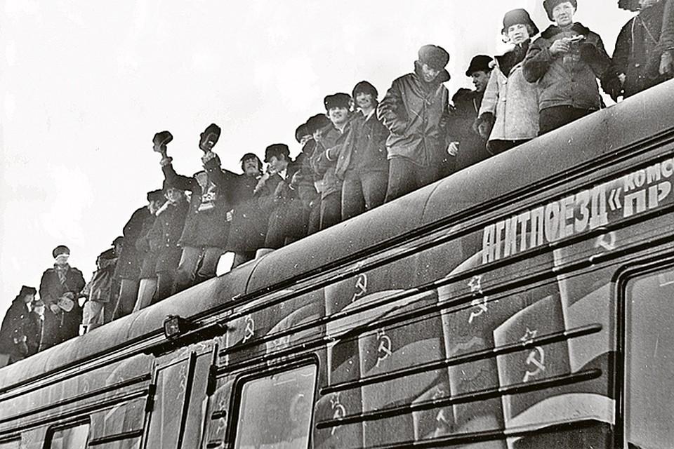 Поезд «Комсомольская правда» в очередной раз прибыл настанцию Тында. Осень 1976-го. На крыше вагонов - строители БАМа: сверху лучше было видно то, что происходило на импровизированной сцене около состава... Фото: А. БОЙЦОВ