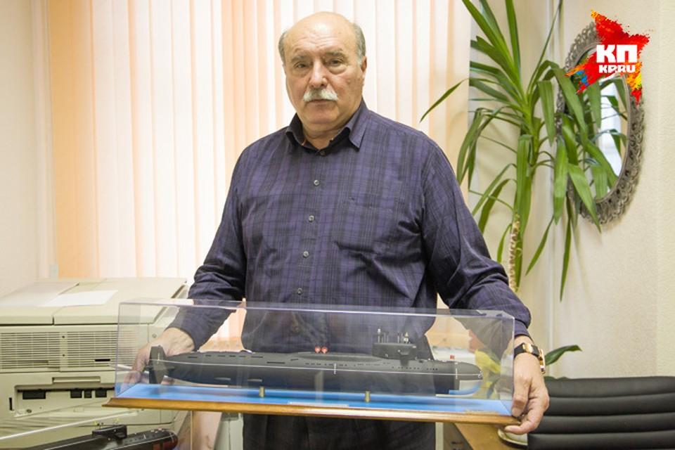 Игорь Британов держит в руках модель той самой подводной лодки К-219, которой он командовал в 1986-м году