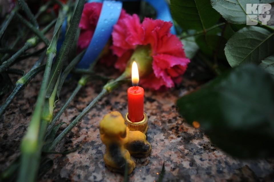Минчане несут цветы к посольству Франции