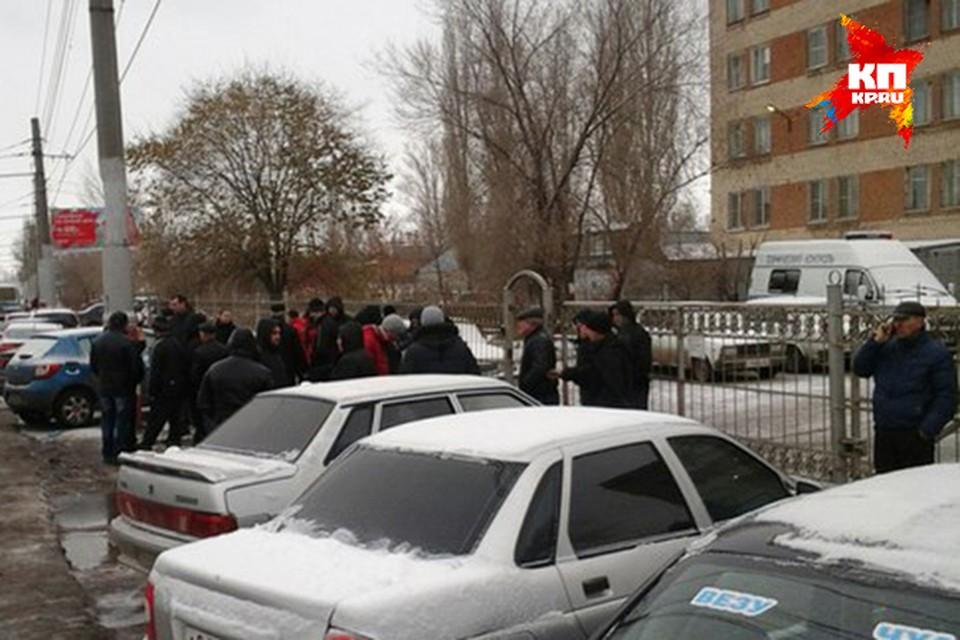 В Энгельсе из отдела полиции отпустили протестующих дальнобойщиков.