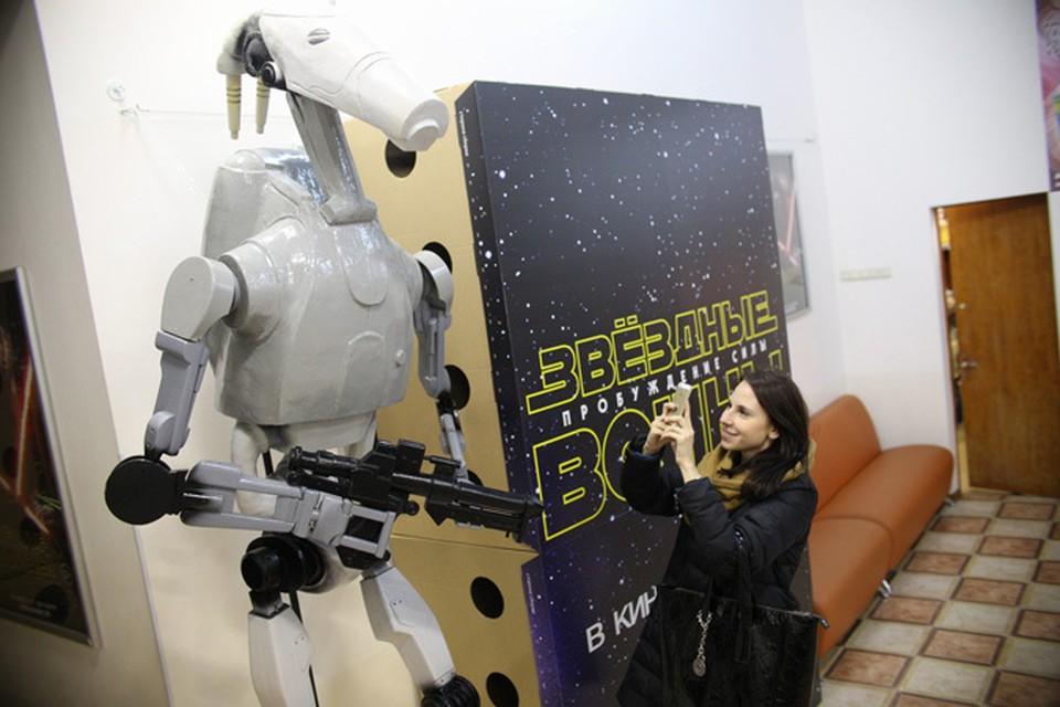Раритетный дроид из «Звездных войн» устроился охранником в челябинский кинотеатр