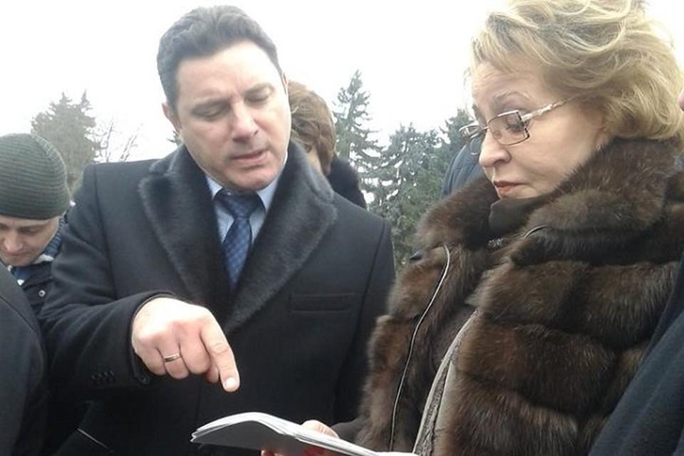 В руках у Валентины Матвиенко, как и в прошлый раз была увесистая папка из фотографий и писем. фото Эвелины Валуйской.