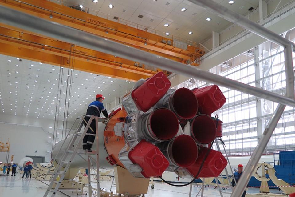 От чехлов уже освобождены части первой и второй ступеней ракеты.