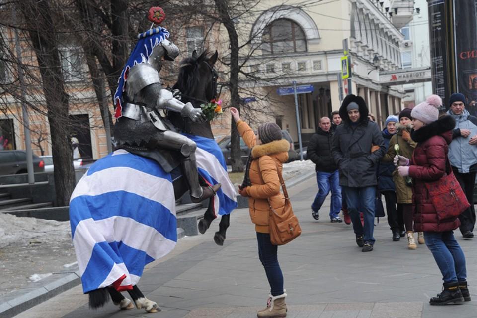 Облаченный в блестящие доспехи всадник на коне объезжал Камергерский и Столешников переулки, одаривая встретившихся женщин цветами.