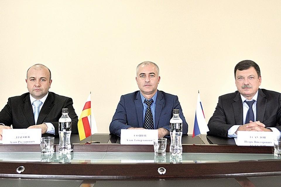 Аудиторы (слева направо) Алан Дзагоев, Алан Созиев и Игорь Есаулов.