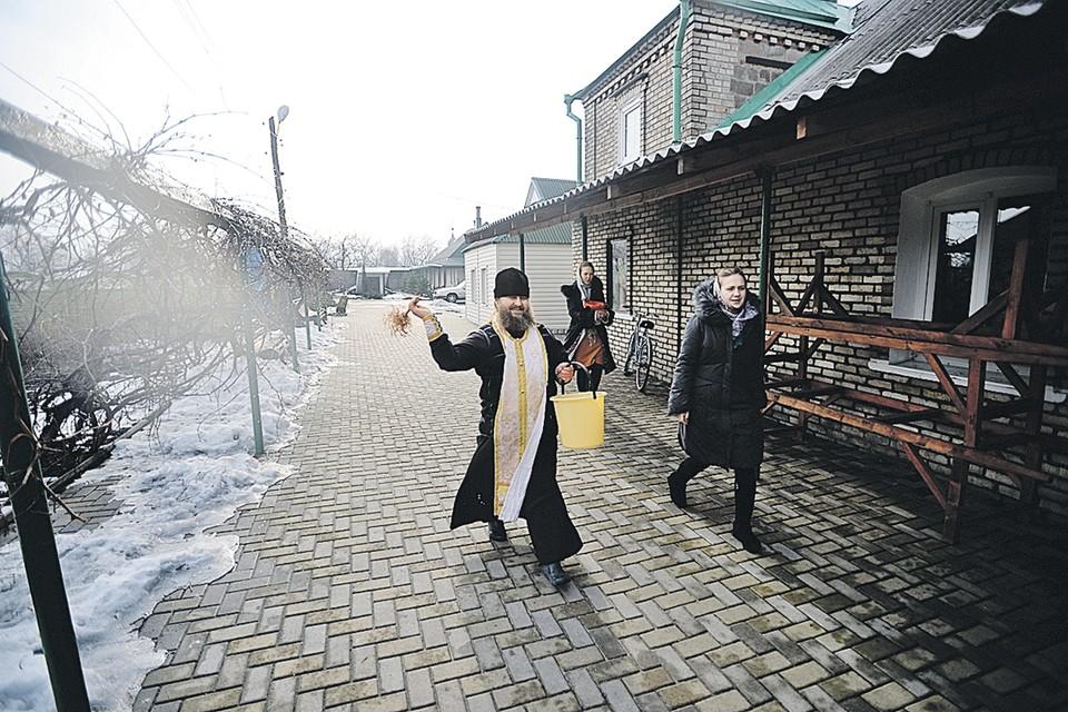 Отец Владимир, переживший войну вДонбассе, вернувшихся беженцев называет циниками: «Радуются, чтоих дом уцелел,  а у соседа разрушен».
