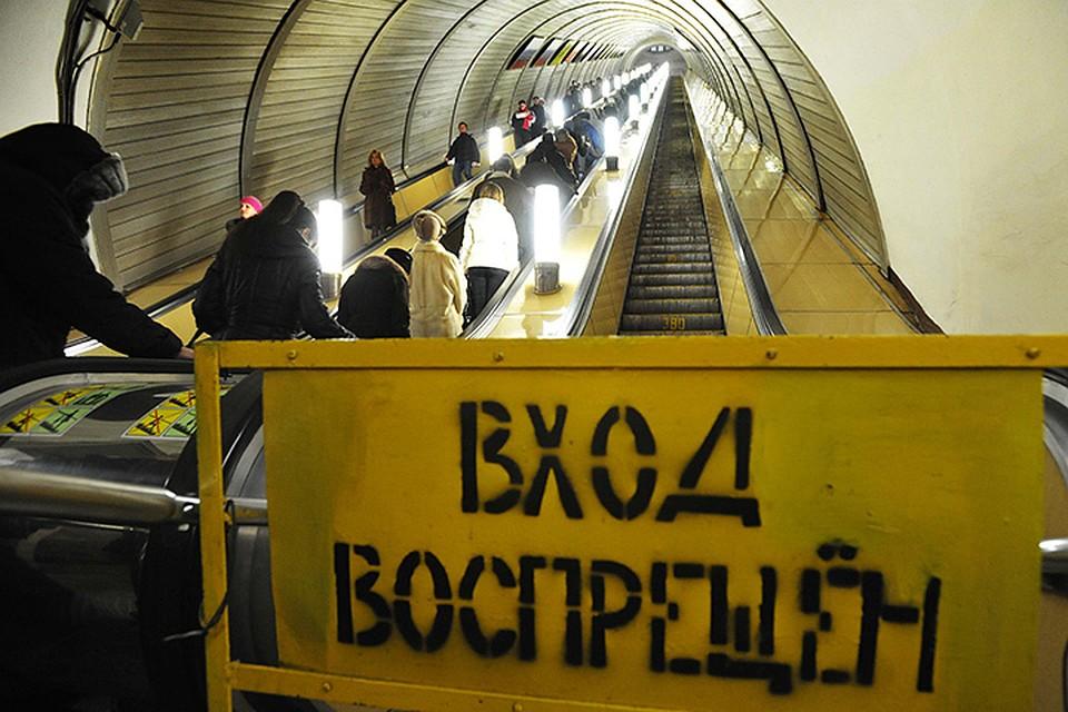 Девушек задирают юбки на эскалаторе фото 343-145