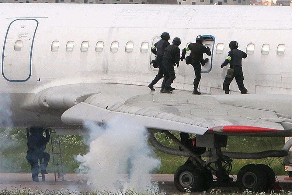 Отработка спецназом антитеррористической операции на воздушном судне.