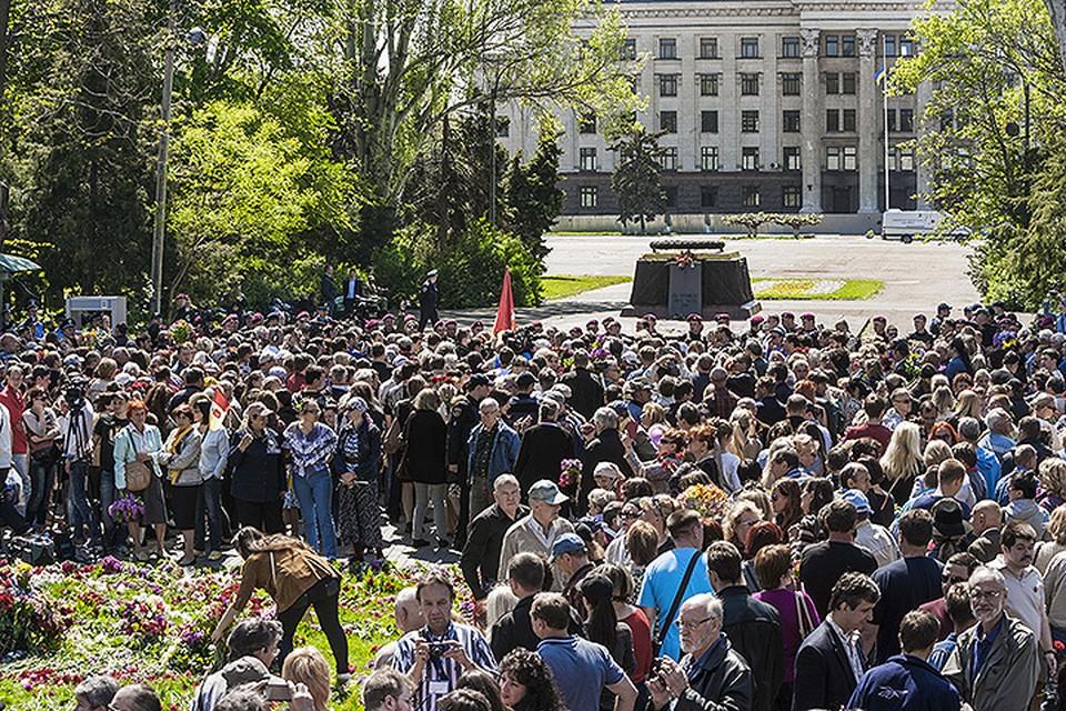 Полицейские не пропустили собравшихся почтить память погибших в мае 2014 года к Дому профсоюзов. Фото: ZUMA/TASS
