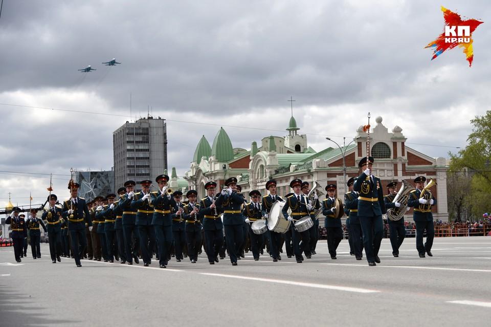 Рев реактивных двигателей и звуки оркестра сплелись в Новосибирске в единую симфонию Победы.