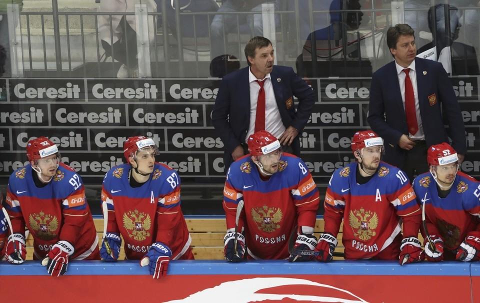 Олег Знарок и команда во время полуфинала чемпионата мира с Финляндией.